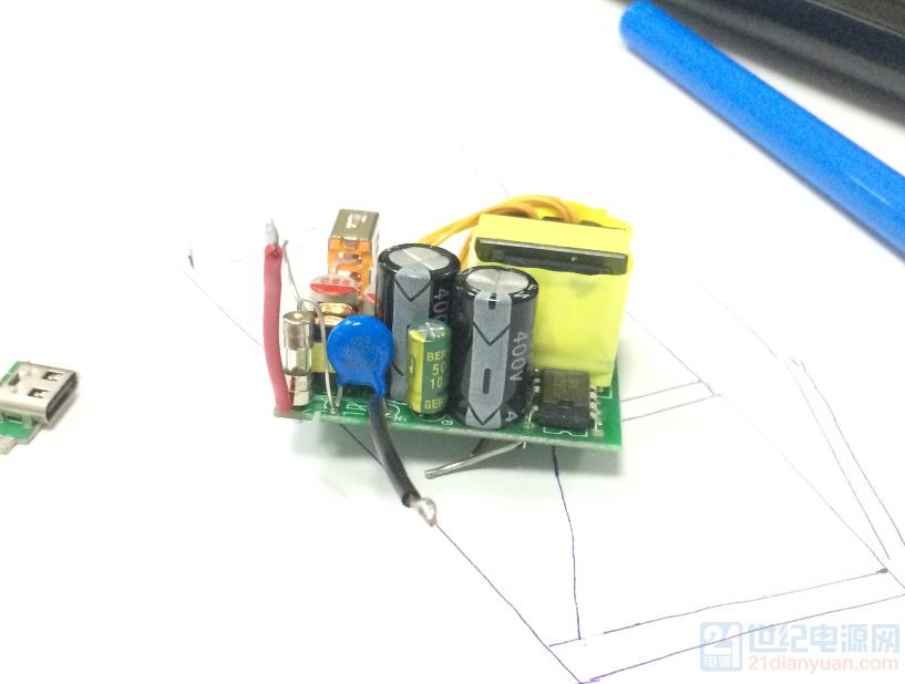 利用这次原创比赛,做一个A+C口 20W的快充,过一过DIY的瘾,水平有限,大家请多多指教 预定一下规格: 预计PCBA成本:8.0元 大板PCB外框尺寸:31x42mm 高度17mm 小板PCB外框尺寸:9.5x14mm 高度3.2mm 输入:100-265Vac 输出1:A口5V/2.4A 输出2:C口5V/3A 总输出额定电流为4A,A口和C口电流自由分配。 保护功能:过流保护、过压保护、欠压保护、过温保护等 暂定方案: 主控PWM芯片:ME8329 同步整流芯片:ME8411 TYPE C口协议芯